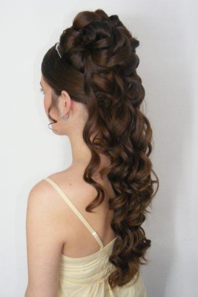 Zkouška svatebního účesu z dlouhých vlasů