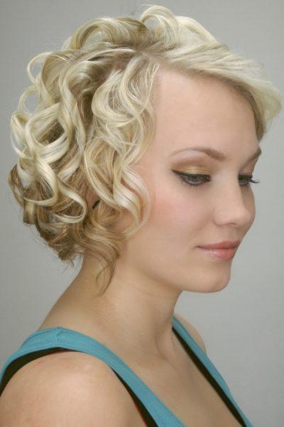 Účes z krátkých vlasů na maturák