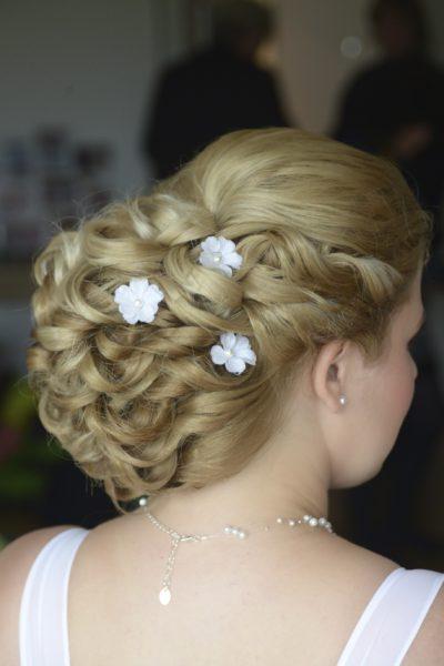 Svatební účes z dlouhých hustých vlasů