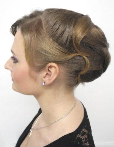 Společenský účes z kratších vlasů s vycpávkou
