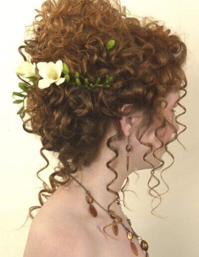 Romantický účes z kudrnatých vlasů