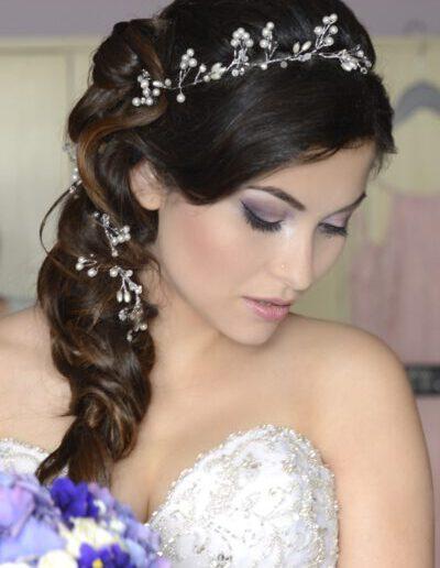 Svatební účes s perličkovou ozdobou