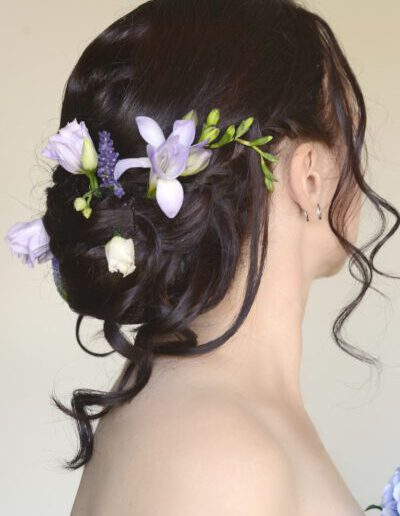 Svatební účes s živými květy