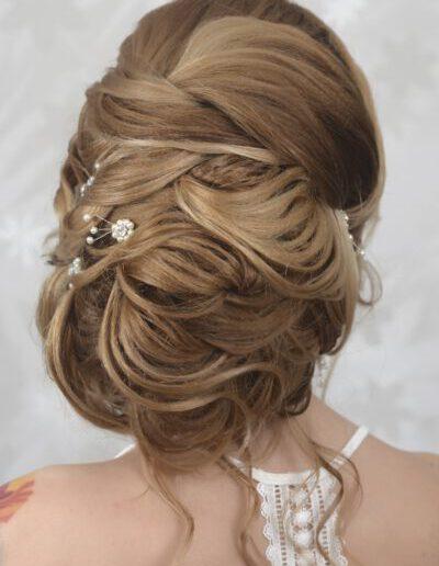svatební účes z dlouhých vlasů